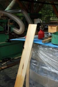 Drewniane skrzynki, w których kupić można miód pitny,  zbijane są na miejscu w Pasiece.
