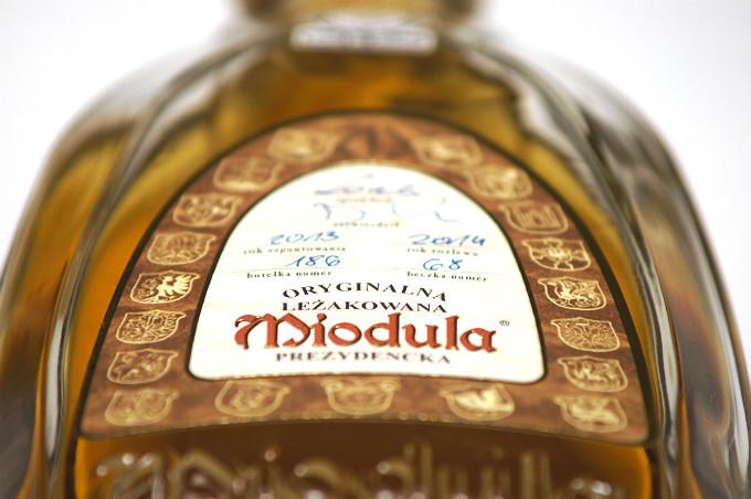 Miodula Prezydencka - każda butelka ma ręcznie wypisany numer oraz numer beczki i rok rozlewu.